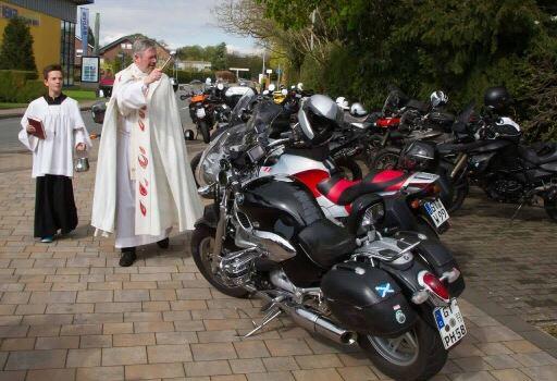 Saisoneröffnung mit Motorradsegnung
