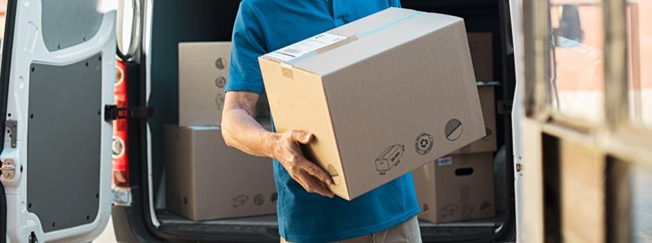 Paketräuber bedrohen Zusteller mit Messer