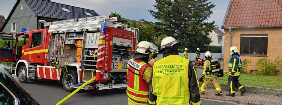 Wohnungsbrand: Feuerwehr rettet Senior aus stark verrauchtem Haus