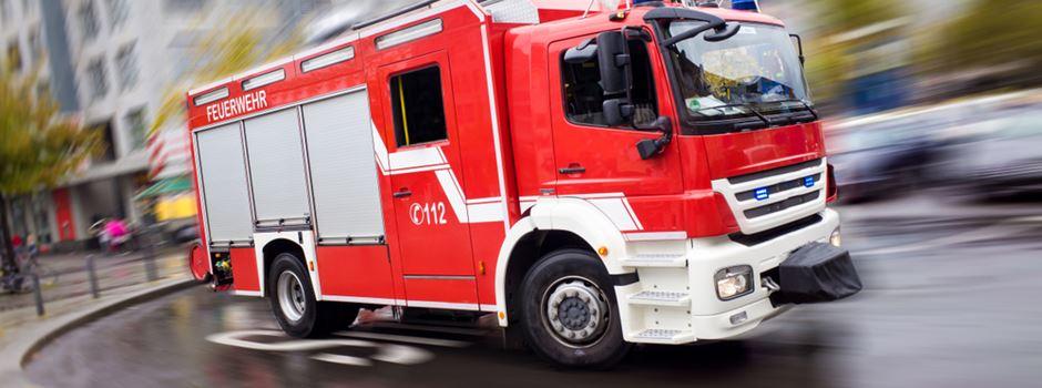 Feuerwehr muss Frau aus Haus retten