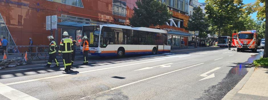 Bus fängt Feuer bei Fahrt durch die Innenstadt