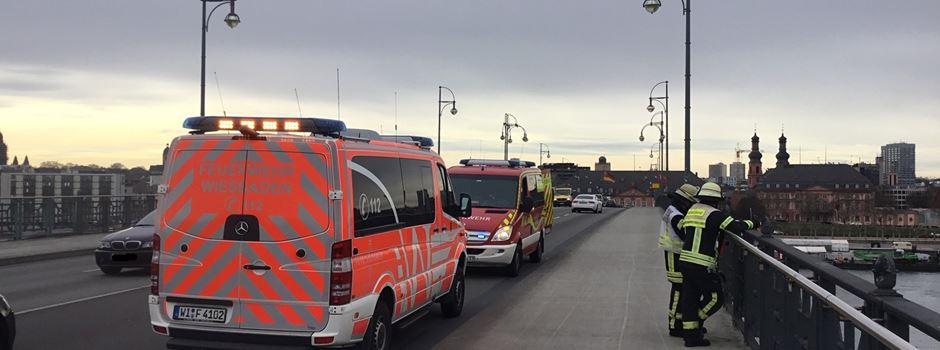 Feuerwehr rettet Mann nach Sturz von Theodor-Heuss-Brücke aus dem Wasser