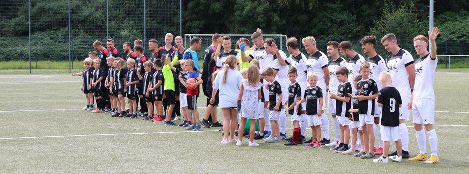 Ein Fußballfest auch neben dem Platz: Mit Kinder-Spaß, Tombola und einer Spende