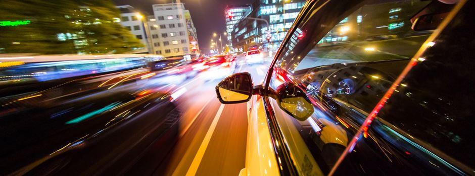 Zwei Autofahrer liefern sich illegales Straßenrennen