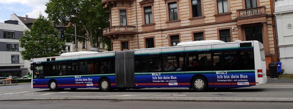 Autofahrer schneidet Bus - zwei verletzte Seniorinnen