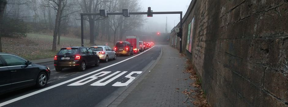 Warum die Busse in der Weisenauer Straße nun rechts fahren