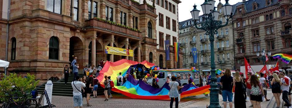 Warum am Sonntag eine Regenbogenfahne am Rathaus hängt