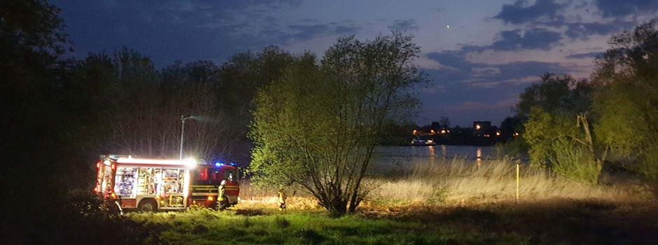 Feuer am Rheinufer in Niederkassel