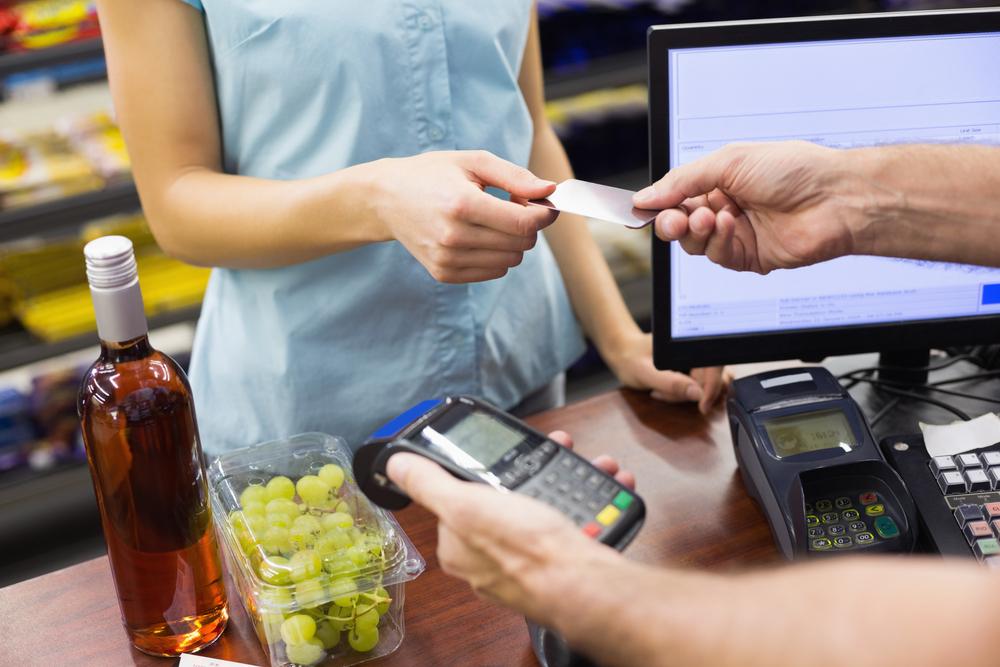 Kioskräuber bedient Kunden- während er die Kasse plündert