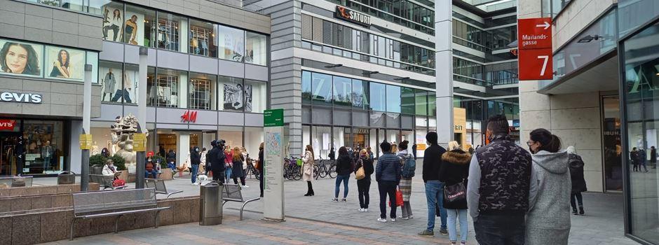 Lange Schlangen vor Mainzer Geschäften