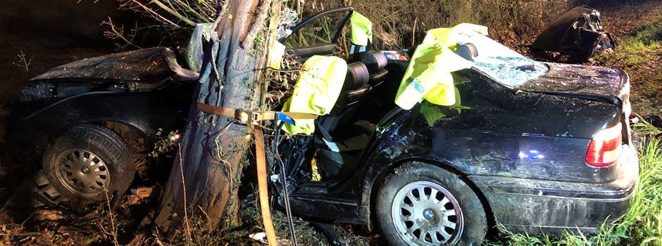 Auto kracht in Baum: Fahrer (26) schwer verletzt