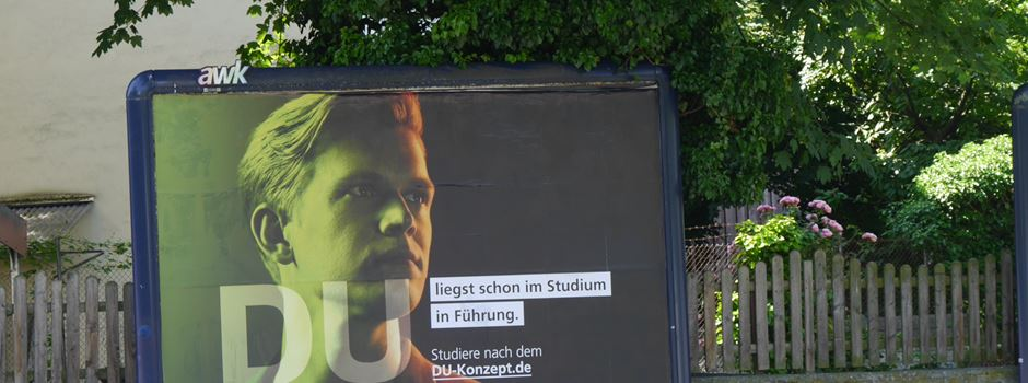 Plakate mit Nazi-Ästhetik sorgen für Empörung in Wiesbaden