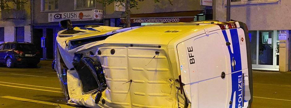 Polizeiauto überschlägt sich nach Zusammenstoß mit Porsche