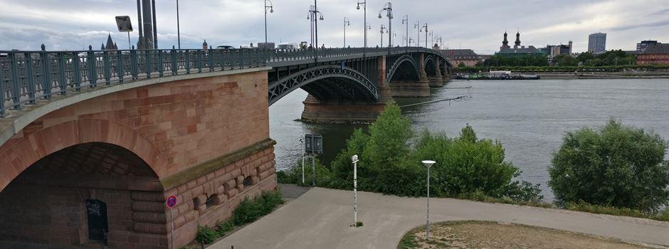 Schock-Moment: Rettungswagen kippt bei Einsatz in Mainz-Kastel um
