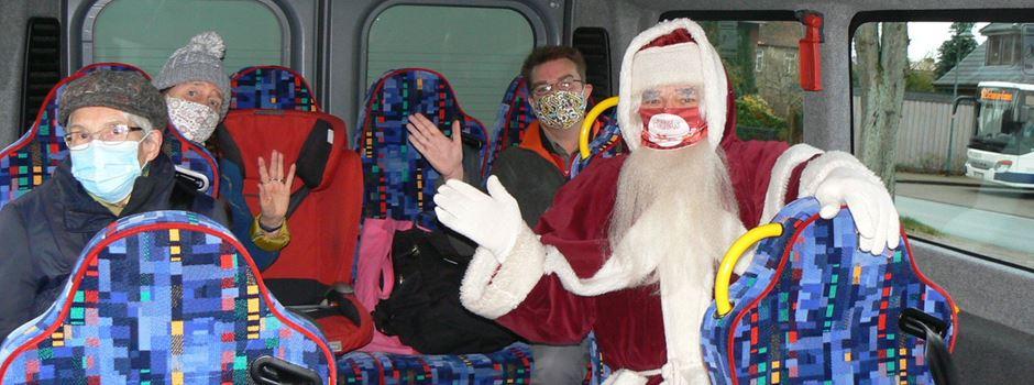 Weihnachtsmann nimmt den Bürgerbus