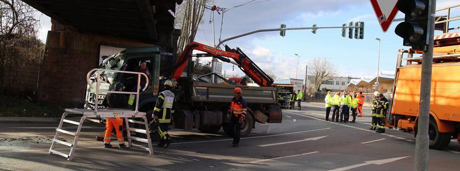 Oberleitungsschaden nach Lkw-Unfall