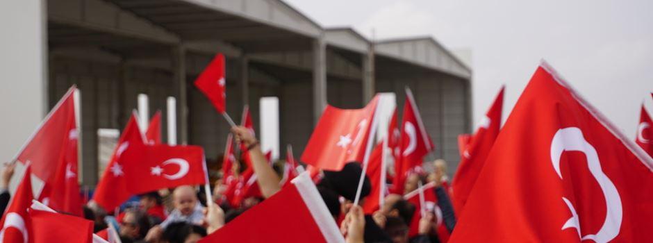 Türkische CHP-Anhänger feiern Wahlergebnis in Frankfurt