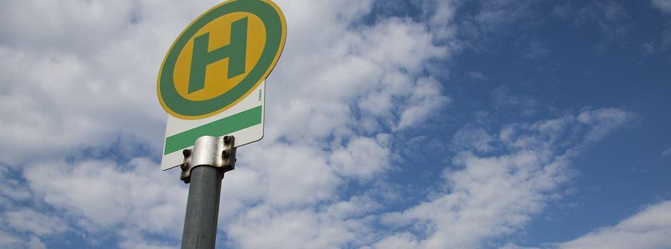 Fußtritte an Bushaltestelle