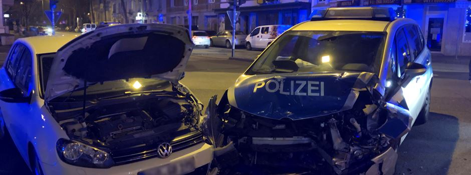 Drei Verletzte bei Unfall zwischen VW Golf und Polizeiauto