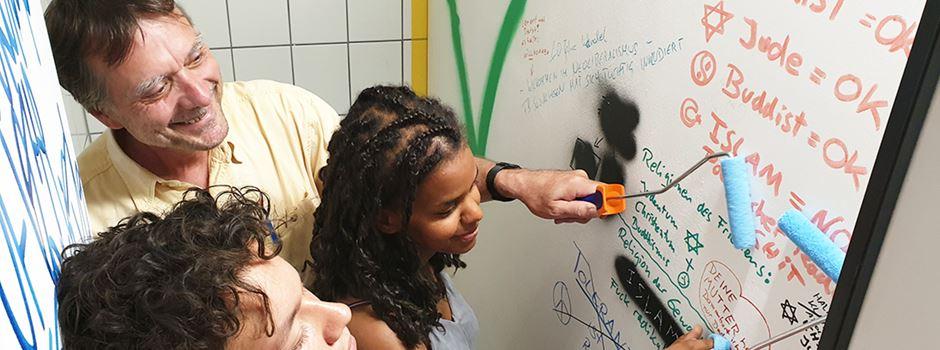 Studenten streichen Toiletten-Wände gegen Rassismus