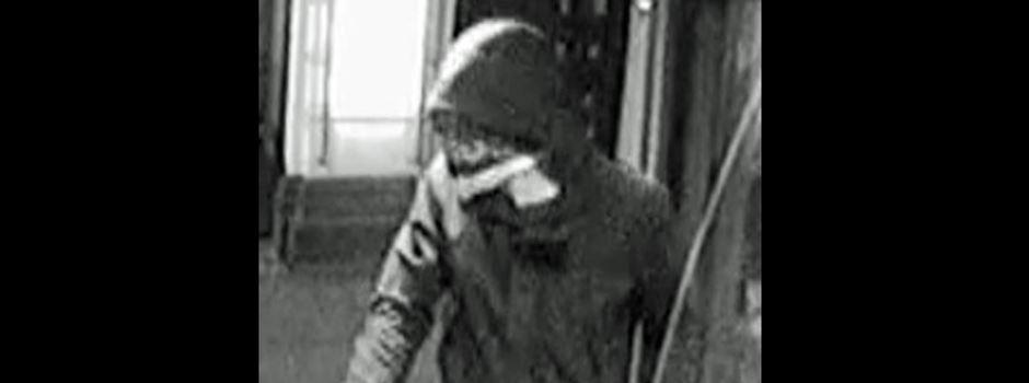 Nach bewaffnetem Überfall: Polizei sucht Maskierten