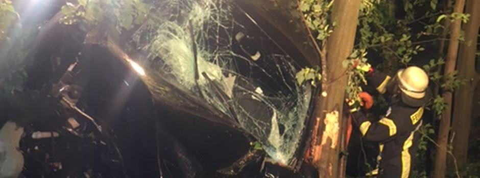 Schwerer Unfall auf A 643: Auto landet in sechs Metern Höhe in der Böschung
