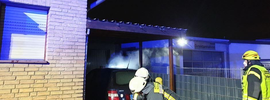 Brennender PKW unter Carport