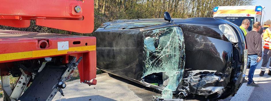 Unfall: Auto wird von Lkw mitgeschleift und kippt um
