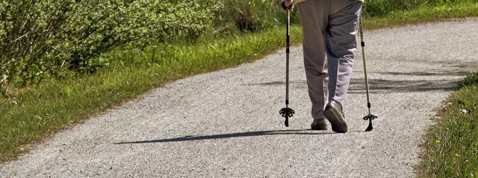 Mann mit Locken zeigt Seniorin (87) beim Spaziergang sein Geschlechtsteil