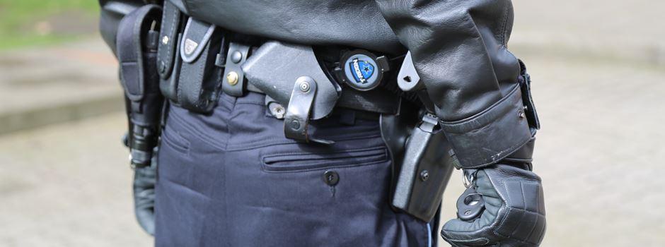 Mann wirft in Tiegen mit Steinen: Sechs Polizeibeamte im Einsatz verletzt