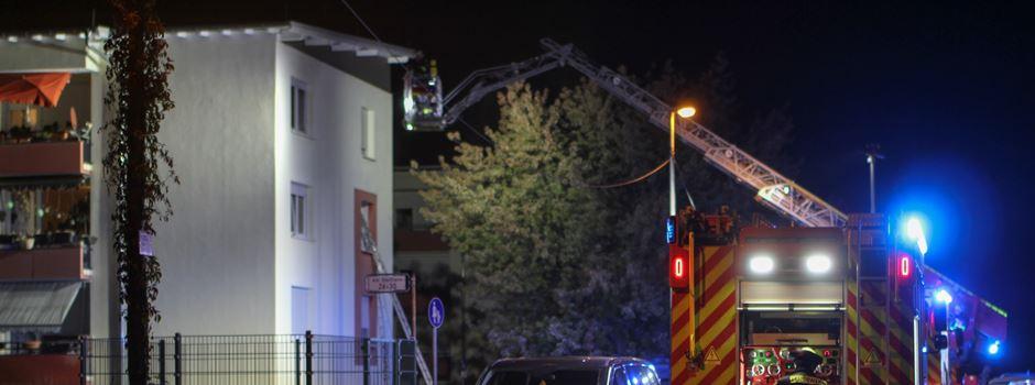 Wohnungsbrand: Feuerwehr rettet Bewohner aus Mehrfamilienhaus