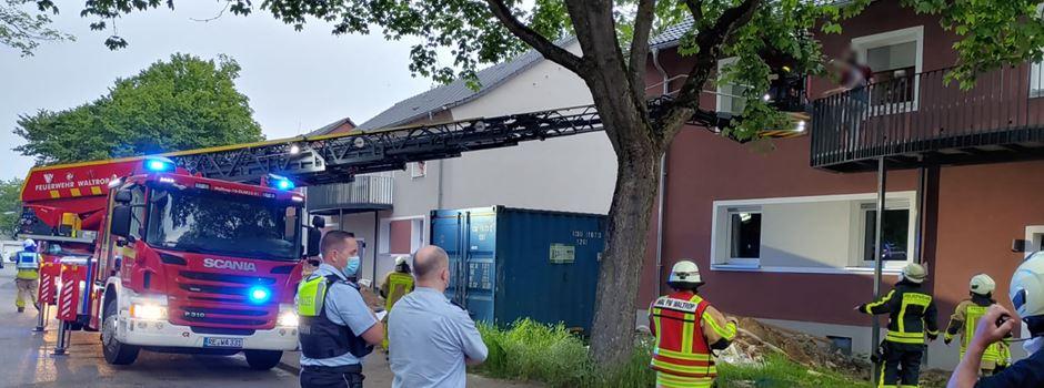 Drehleiter und Fluchthaube im Einsatz: Feuerwehr holt vier Menschen aus Haus