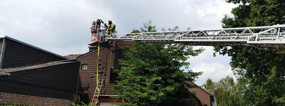 Feuer hinter Schiefer-Fassade - Drehleiter im Einsatz