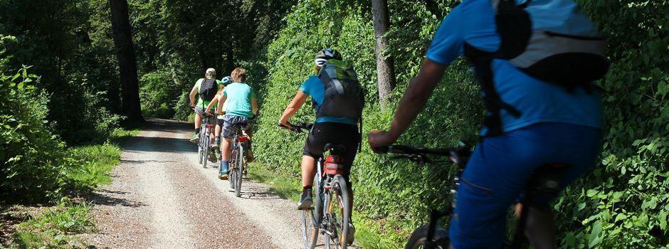 """Die Fahrradgruppe der Ehrenamtsinitiative """"Ich bin dabei"""" startet zur Floßfahrt mit Bierprobe auf dem Eicher See"""