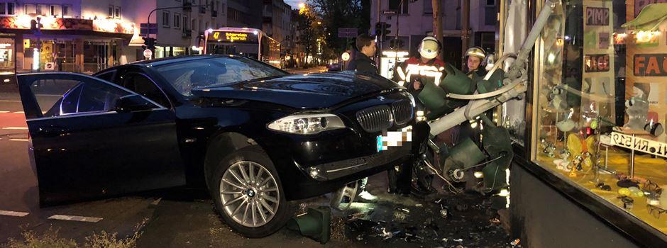 Auto überrollt Ampel und kracht gegen Hauswand