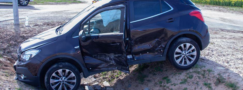 Auto kippt bei Verkehrsunfall um