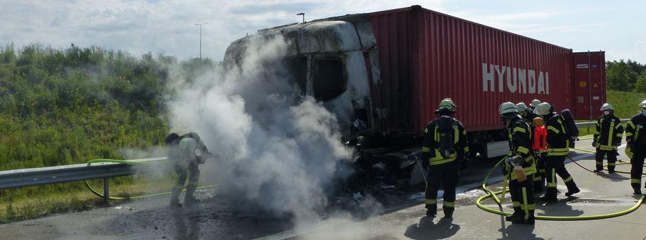 Lkw in Flammen auf der A 27