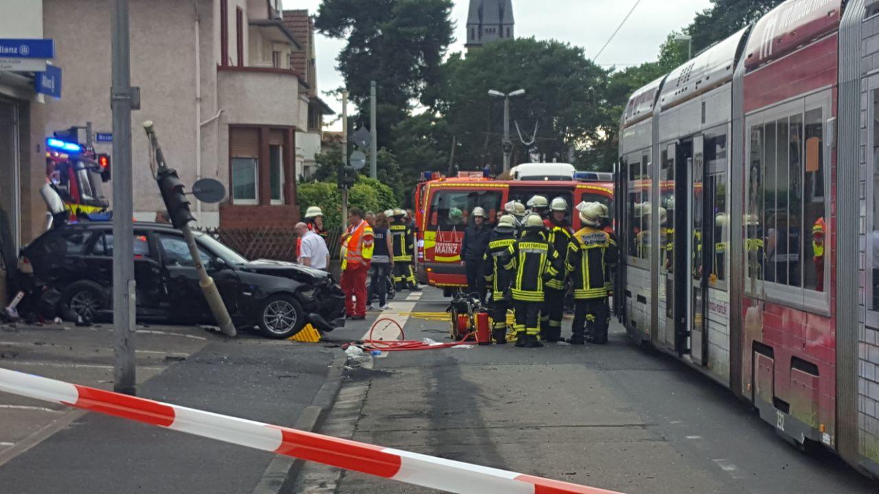 Straßenbahn kracht mit Auto zusammen - Verletzte