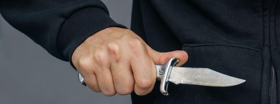 Jugendlicher zückt Messer bei Schlägerei an Bushaltestelle