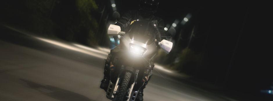 Unbekannte blenden Motorradfahrer mit Laserpointer
