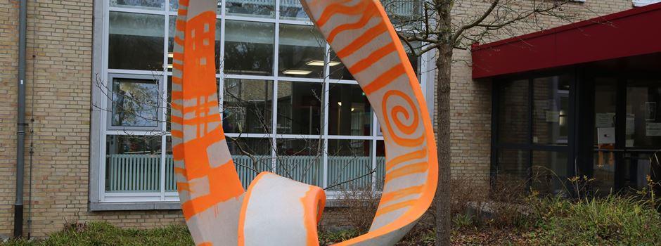 Möbiusband am Soltauer Gymnasium mit  Lack verunstaltet
