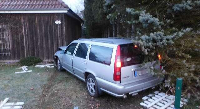 Unfallfahrt endet an Carport