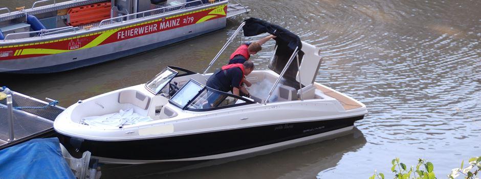Brennendes Sportboot am Winterhafen