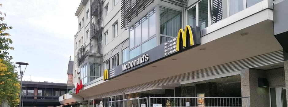 Räuber schießt mit Schreckschusswaffe auf McDonalds-Mitarbeiterin