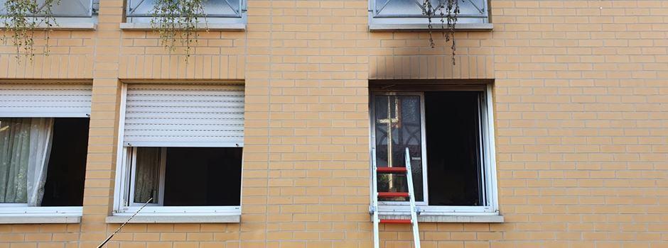 Feuerwehr rettet Person aus brennender Wohnung