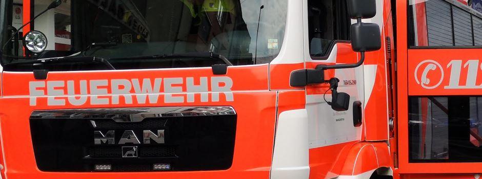 Auto in Supermarkt-Tiefgarage in Flammen