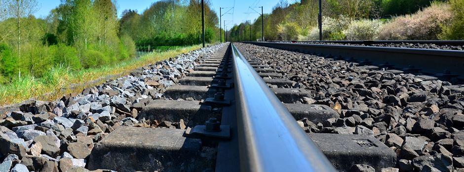 Schottersteine auf Bahngleisen verteilt: Zugstrecke muss gesperrt werden