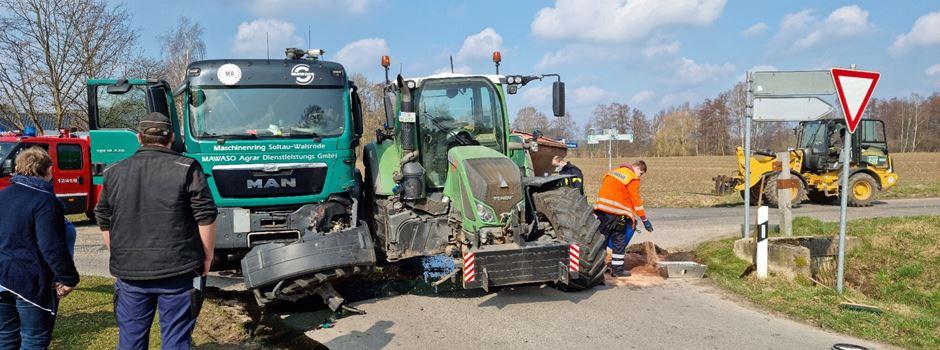 Lkw und Traktor kollidieren