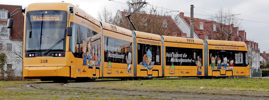 Handy in der Hand - Auto kollidiert mit Straßenbahn