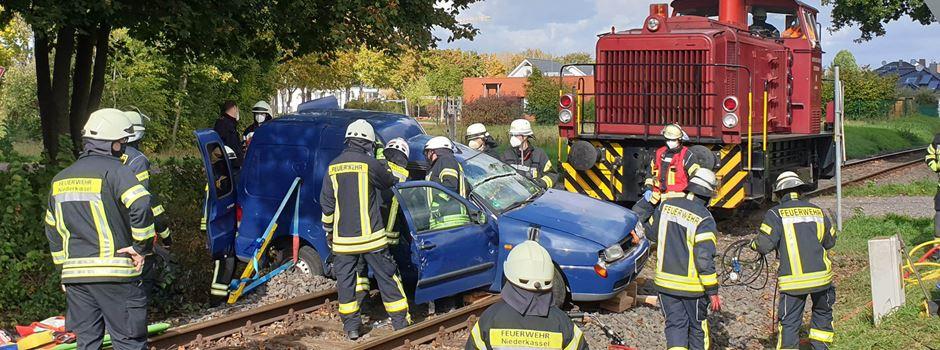 Zusammenstoß von PKW und Diesellok in Niederkassel